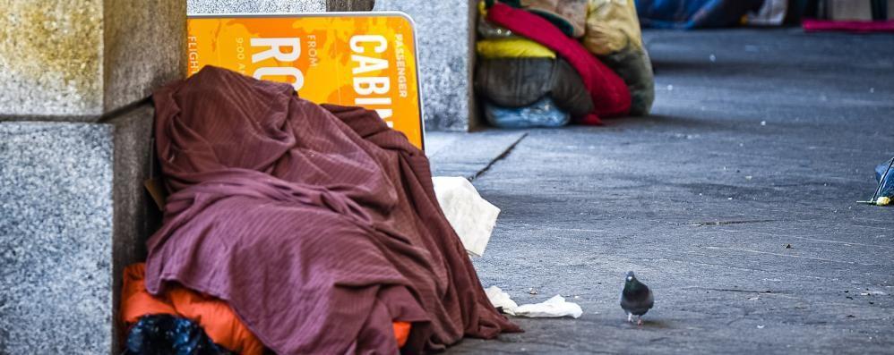 C'è chi dorme al gelo  Ma il Comune pensa ai rifiuti