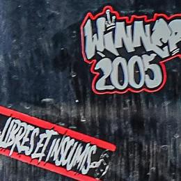 Diga foranea, vandali in azione  Adesivi sul monumento di Libeskind