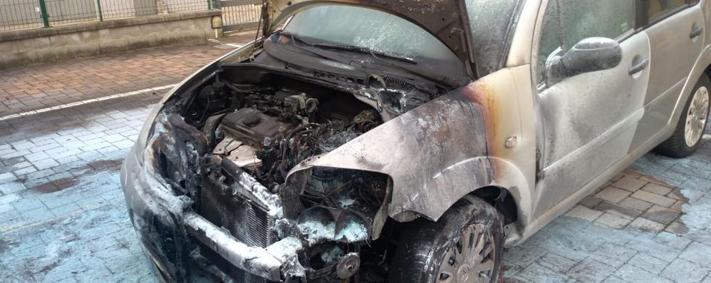 L'auto prende fuoco mentre posteggia  Mamma e figlio: «Salvi per miracolo»
