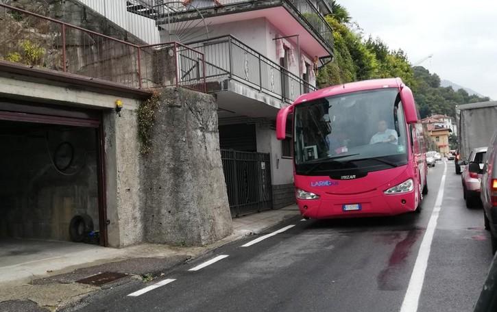 Limiti a pullman e camion sulla Regina  Griante si sfila: non ostacolate il turismo