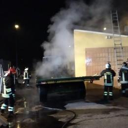 Trattore in fiamme nella notte  I vigili del fuoco a Lomazzo