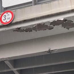 Erba, via Como chiude per i rilievi al ponte  Dopo i danni dei tir serve un rinforzo