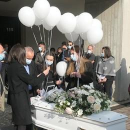 """Addio piccola guerriera  Il volo dei palloncini  e """"Frozen"""" per Arianna"""