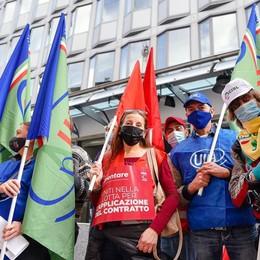 Contratto del settore alimentare  Protesta davanti alla sede  di Confindustria Como