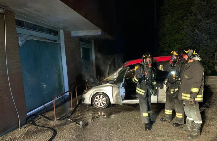 Le fiamme hanno danneggiato anche le vetrine di uno studio medico al piano terra