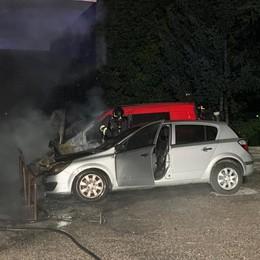 Merone, auto e furgone in fiamme  Erano parcheggiate in un condominio
