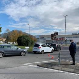 Erba, traffico in tilt per i tamponi  Il sindaco: «Cambiamo sede»