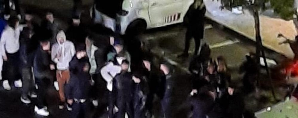 """La """"sfida"""" dei ragazzi in piazza Volta  Butti: «Sono degli imbecilli»"""