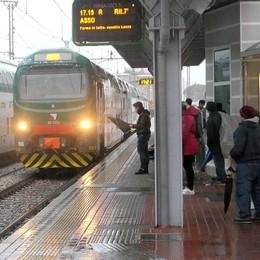 Milano-Asso, tagliati il 30% di posti  «Ridateci i treni di quattro anni fa»
