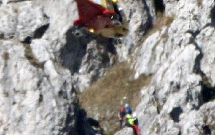 Scivola sulla ferrata del Grona  Alpinista ferito, arriva l'elicottero