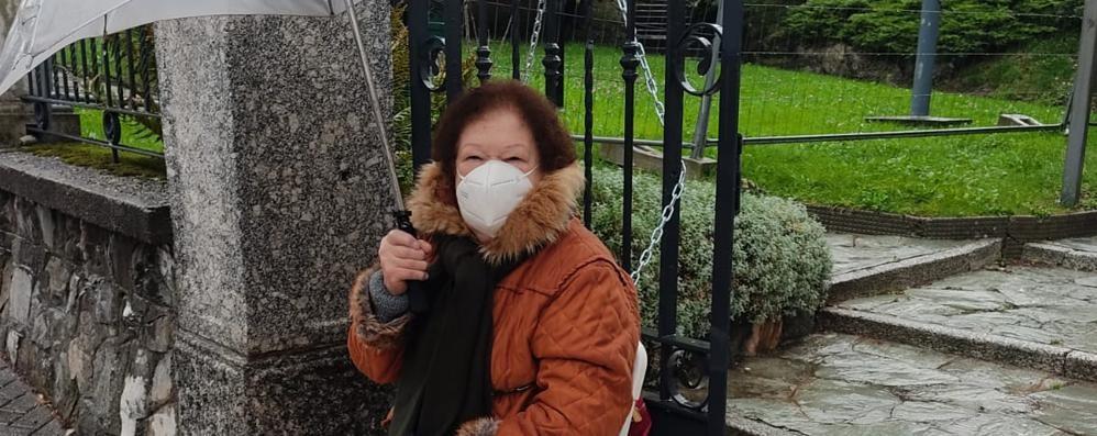 «Asfaltate la strada»  Si incatena a 80 anni