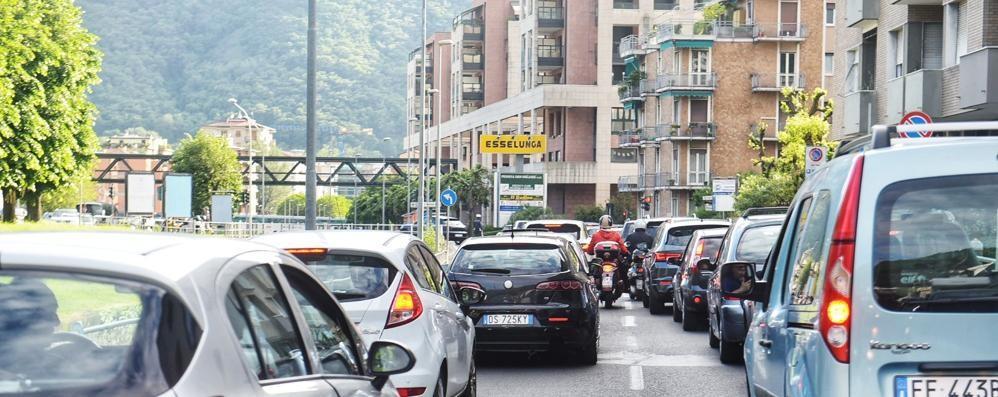 Passa il Giro, strade chiuse e rischio caos  Lo stop in città scatta un'ora prima