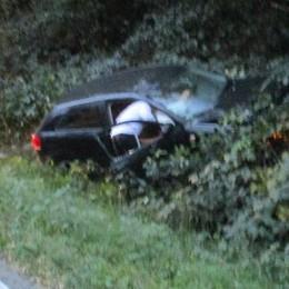 Violento scontro a Valmorea  Auto nella scarpata, 2 feriti