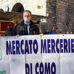 Ambulanti del mercato  in piazza a Como  «Vogliamo lavorare»