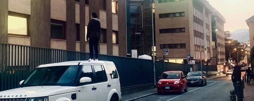 Como: in piedi sul tetto dell'auto  per salutare la mamma ricoverata