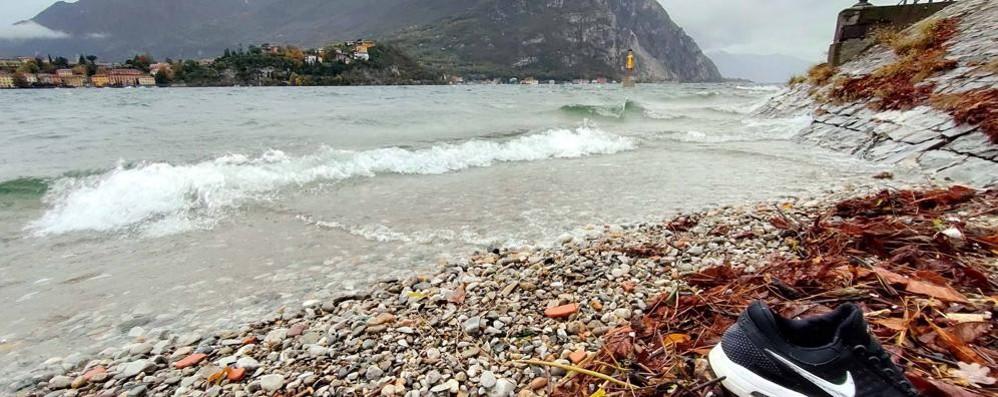 Una tuta in spiaggia  Allarme a Malgrate