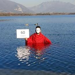 Alserio, no alla violenza alle donne  Operaio-artista si immerge nel lago