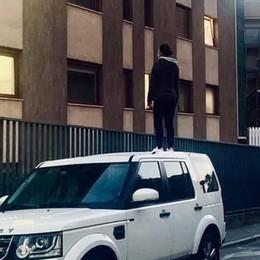 La foto simbolo della pandemia  Sono in tanti sul tetto di quell'auto