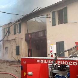 Merone, tetto di cascina in fiamme  Era in fase di ristrutturazione