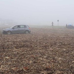 Fenegrò, auto nel campo  Salvo automobilista