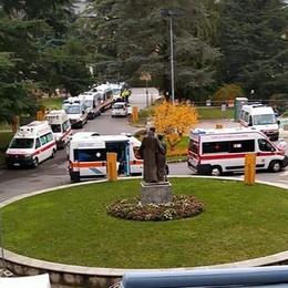Erba Covid, posti esauriti in ospedale La colonna di ambulanze in attesa