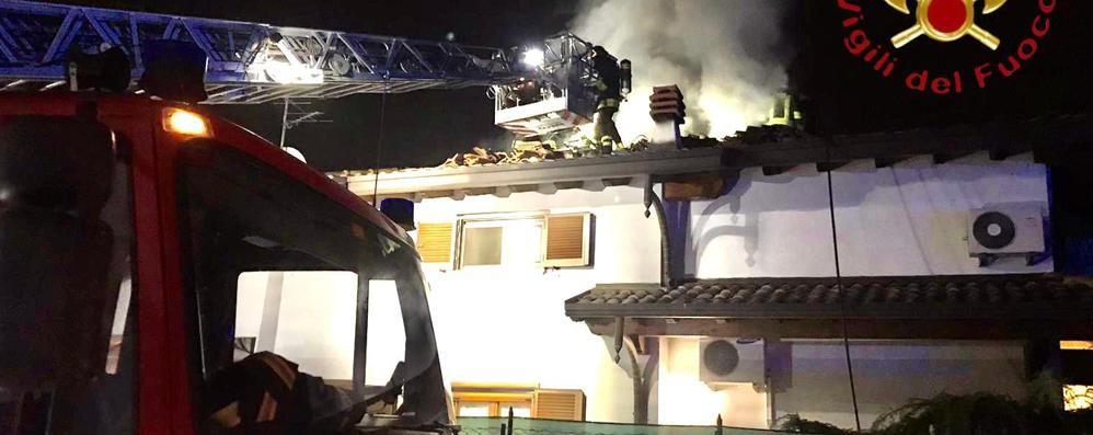 Lomazzo, a fuoco il tetto  Paura per mamma e figli   GUARDA IL VIDEO
