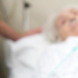 Como: anziani, la fine a casa  «Portarli in ospedale   è farli morire soli»