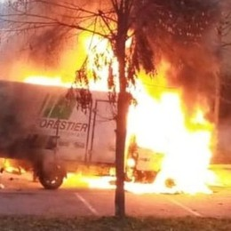 Un furgone in fiamme  Allarme a Villa Guardia