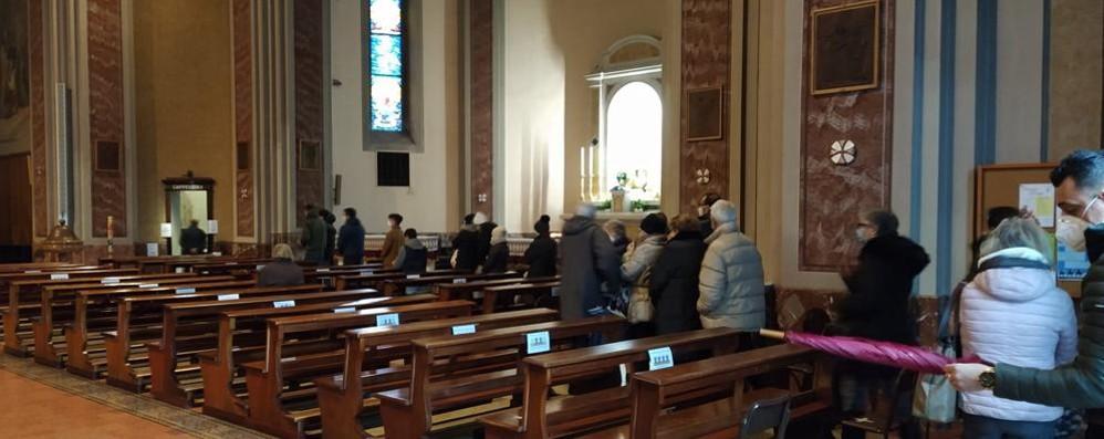 Cadorago, lunga fila di fedeli  per il saluto a don Alfredo