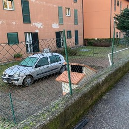 """Erba, l'auto """"vola"""" nel giardino Il conducente fugge all'ora di cena"""