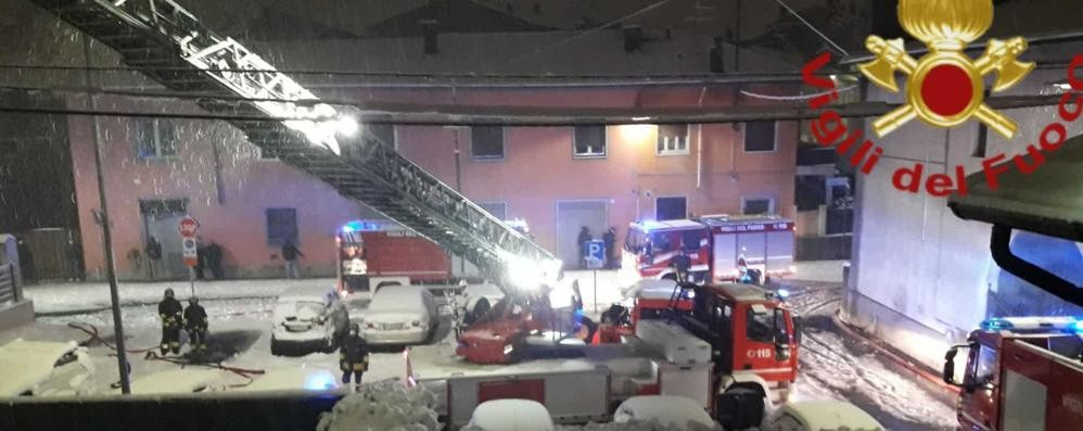 Fenegrò, va a fuoco il tetto  L'abitazione è inagibile