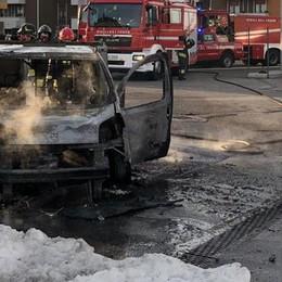 """Mariano, auto prende fuoco  dopo il """"pieno"""" di metano"""