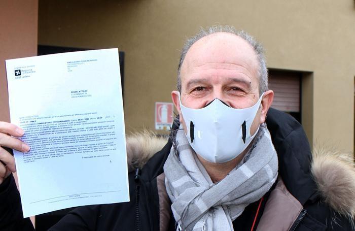 Attilio Giossi, medico della rsa Lina Erba Porlezza, con il certificato che attesa la vaccinazione anti Covid