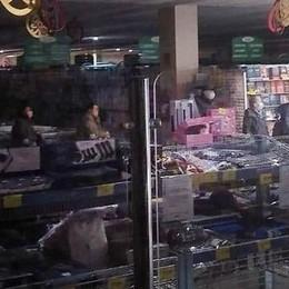 Niente luce, il supermarket  costretto alla chiusura