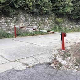 Pusiano, la sbarra anti spaccio  Chiusa la strada per l'ex cava