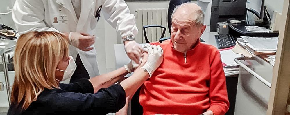 Rsa, prima anziani vaccinati L'appello: «Fatelo tutti»