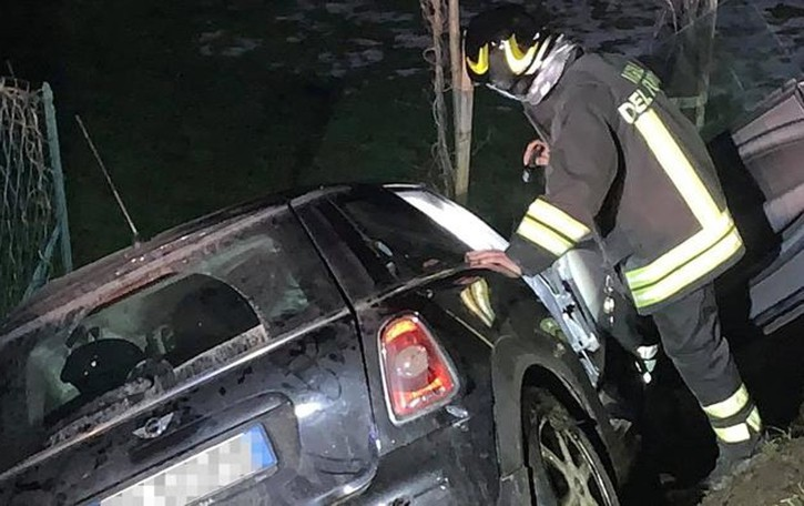 Scontro tra 4 auto a Montorfano  Ragazzo finisce nella scarpata