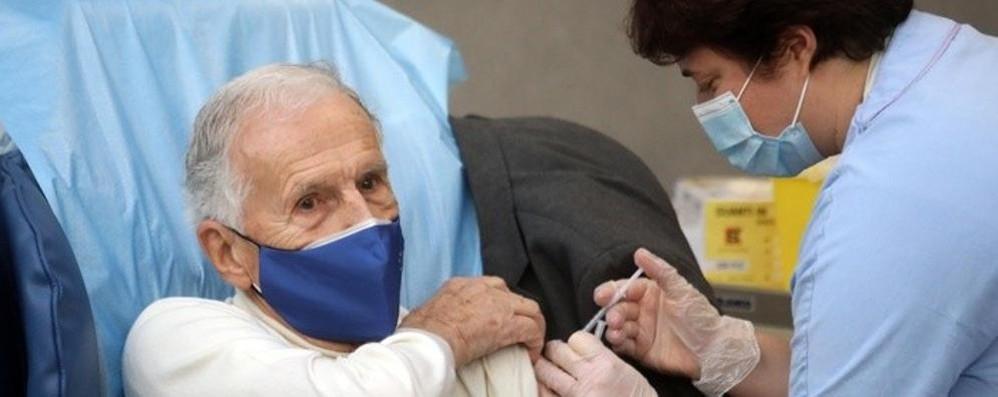 Vaccini, «percorso verso la normalità»  Tra i primi anche Silvio Garattini