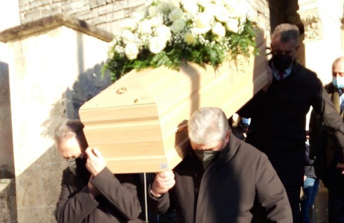 Il feretro  lascia la chiesa di San Mamete