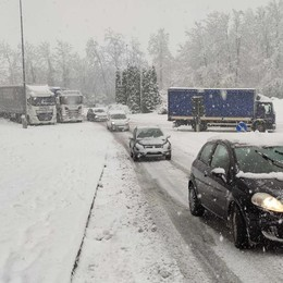 Camion fermati dalla neve  Problemi sulla Statale