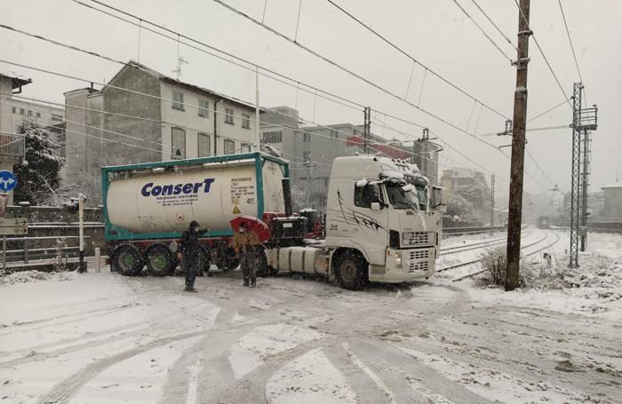 camion incastrato passaggio livello via graffignana  a Lomazzo