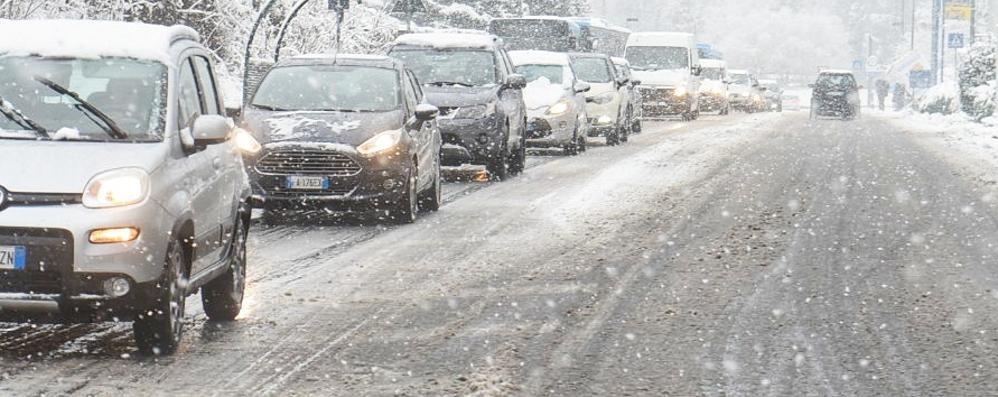 Pochi centimetri di neve  Ma il traffico è già al collasso
