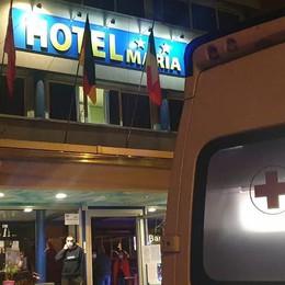Cade dalla finestra dell'hotel  Minuti di paura a Portichetto