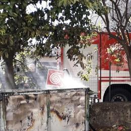 Il cassonetto prende fuoco  Lomazzo, spento dai pompieri