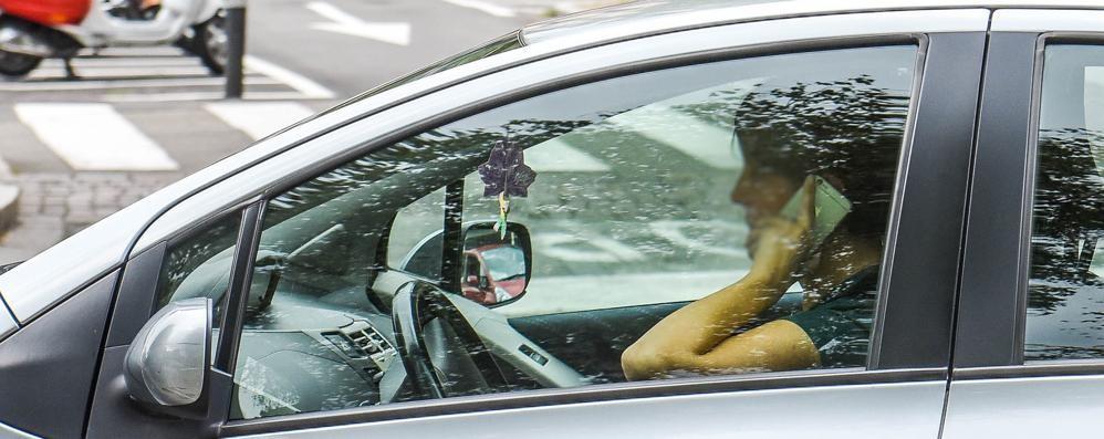 Usano il telefono mentre sono al volante  In un anno 411 multati dai vigili a Como