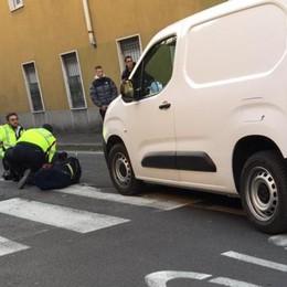 Incidente in via Zezio  Donna investita sulle strisce