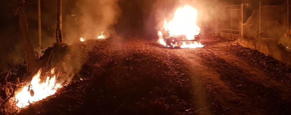 Auto data alle fiamme nel bosco  Misterioso rogo a Ronago
