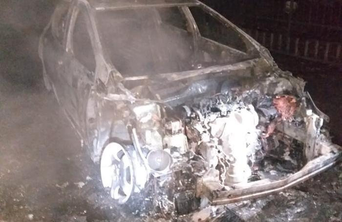 La vettura completamente distrutta dalle fiamme