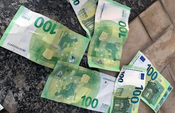 Alcune delle banconote recuperate dai vigili del fuoco di Erba
