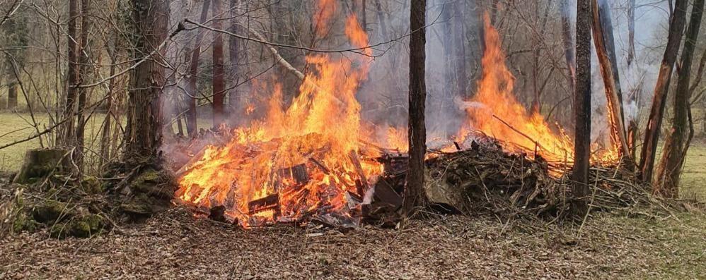 Legnaia in fiamme Pompieri a Gravedona